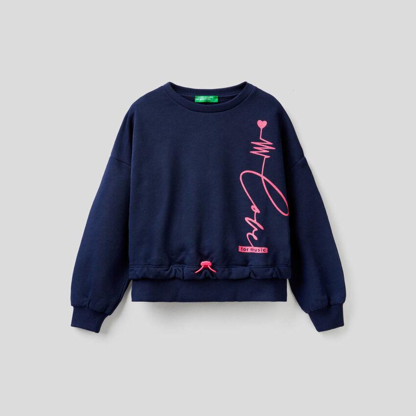 Cropped sweatshirt with glitter print