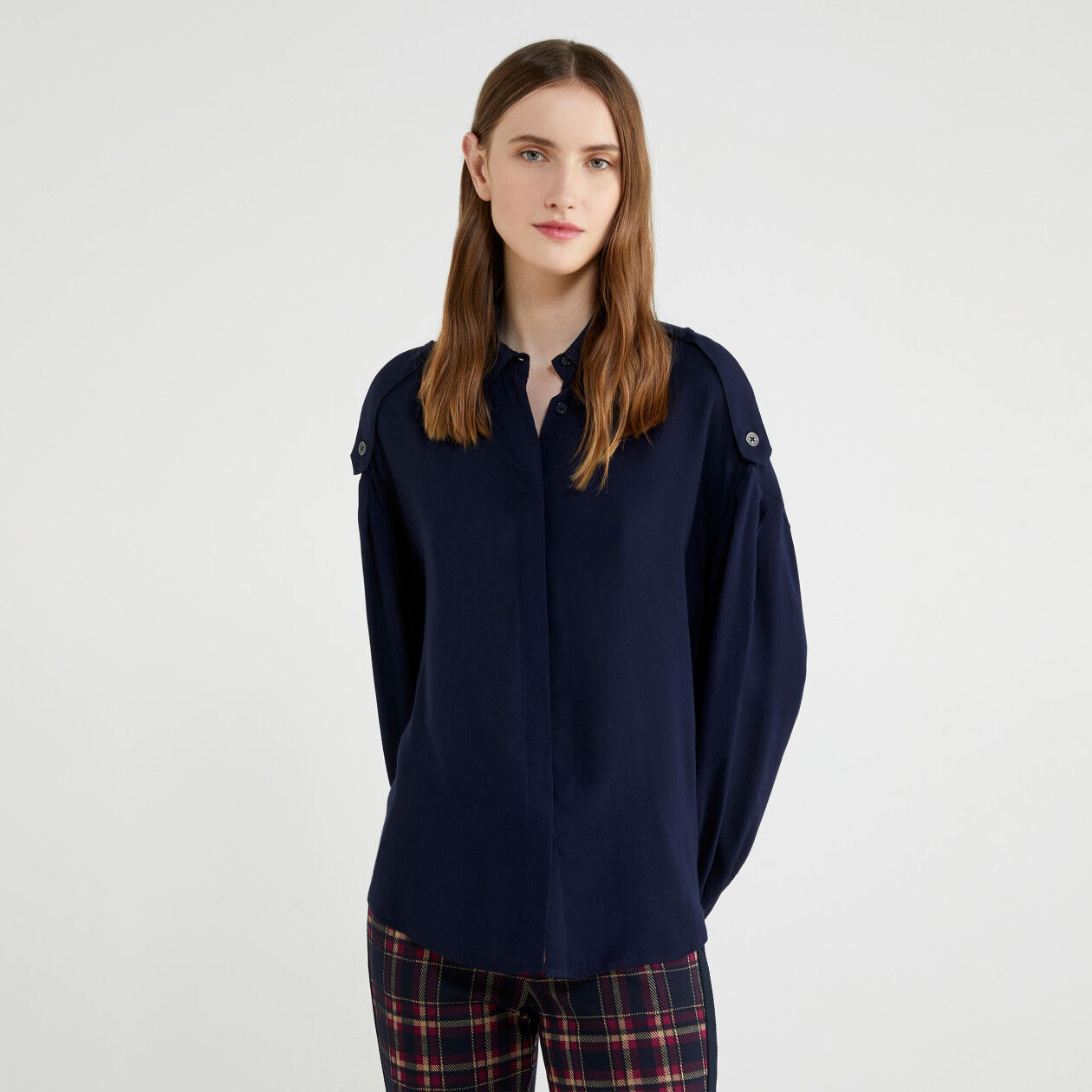 Shirt with tabs on the shoulders