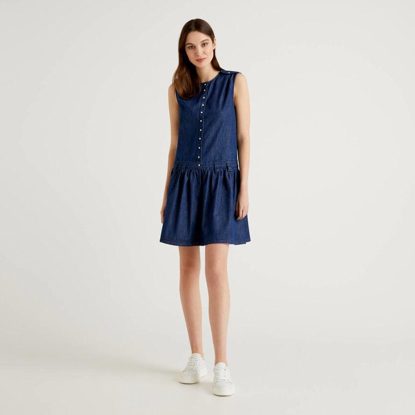 Sleeveless dress in lightweight jeans
